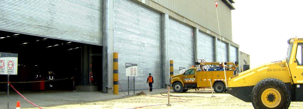 La puerta Enrollable metálica industrial posee paño de perfiles metálicos de acero galvanizado con sistema de pintado electrostático para superior acabado.