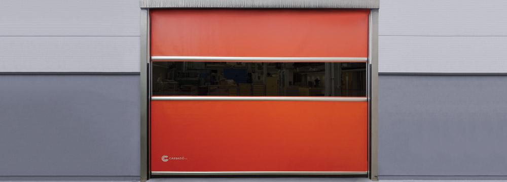 Las puertas de apertura rápida de PVC FASTMAX puede poseer una banda traslúcida transparente en la zona central, permite ver a través de la puerta.