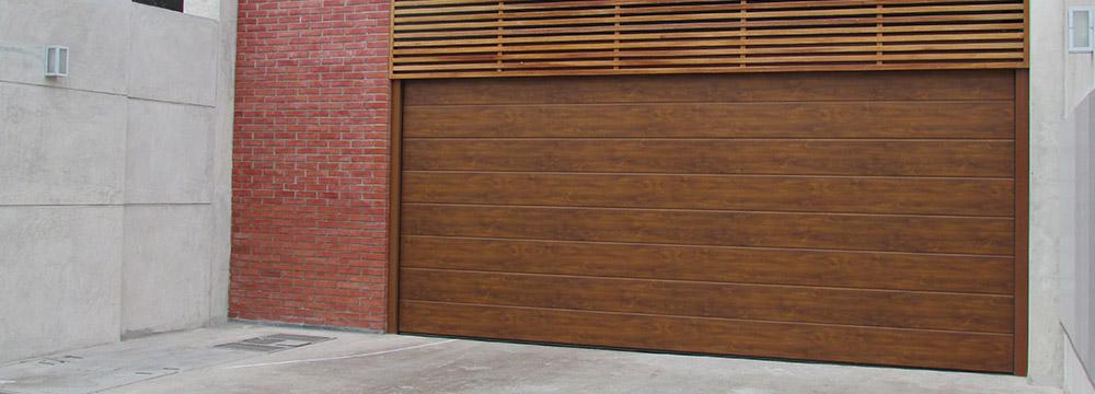 El Seccional residencial de garaje proporciona el máximo espacio, tanto al interior como delante del garaje, siendo segura al no invadir la vereda.