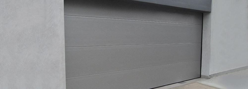 El Seccional residencial de garaje está compuesta de paneles articulados, deslizándose a través de sus rieles, siendo seguras al no invadir la vereda.
