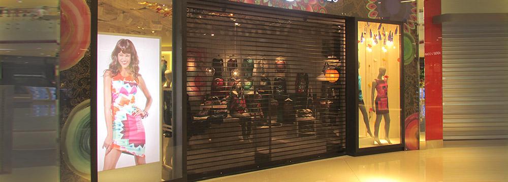 Puerta Enrollable metalica FULL VISION permite que el ambiente se mantenga exhibido.
