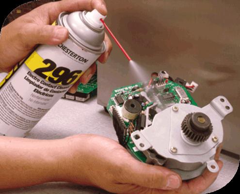 El limpiador 296 Limpiador de Contactos Eléctricos, de rápida evaporación y bajo residuo para reemplazar materiales que ataquen la capa de ozono.